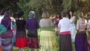 Recolección de ortigas en el primer Módulo del Viaje de la Mujer Cíclica (abril 2013)Foto: Sophia Styke