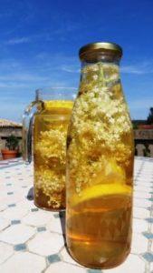 Infusión solar de flores de saúco. Foto: Sophia Style